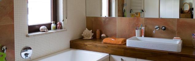 Projekt łazienki bliski naturze. Białe meble łazienkowe