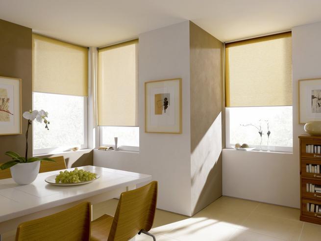 Osłona i oszczędność. Dekoracja okien w jadalni