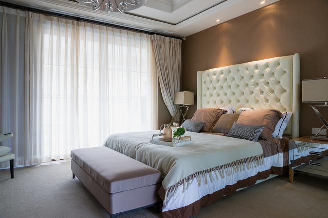 Elegancka sypialnia w stylu nowoczesym