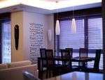 Naturalne żaluzje drewniane w domu. Skandynawskie wnętrza