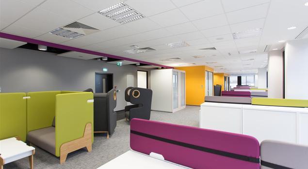 Pufy i hamaki we wnętrzu – pomysł na biuro kreatywne i funkcjonalne