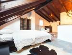 Aranżacja sypialni na poddaszu. Przytulna sypialnia w drewnie