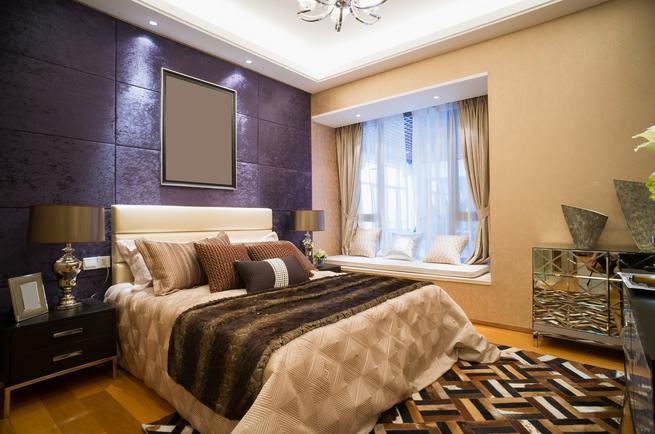 Ściana tapicerowana w sypialni – pomysł na aranżację w stylu glamour